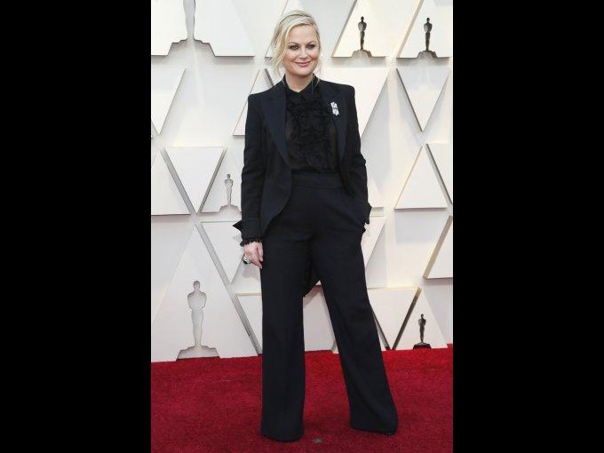 La actriz y productora Amy Poeheler coordinó un conjunto de pantalón y saco.