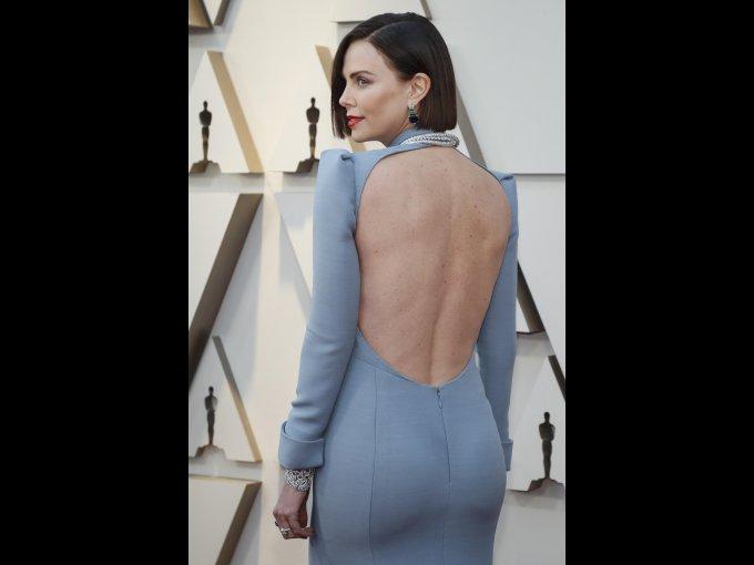 Charlize Theron impactó con un vestido Dior.