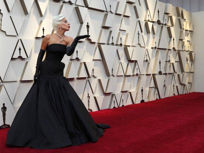 Lady Gaga en un vestido completamente negro.