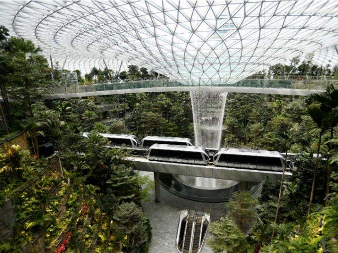 El espacio recrea un idílico jardín y tiene la cascada interior más alta del mundo.