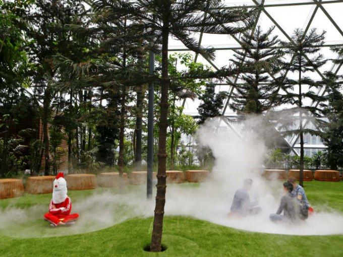 Cada cierto tiempo, en los jardines sale una neblina para refrescar a los visitantes.