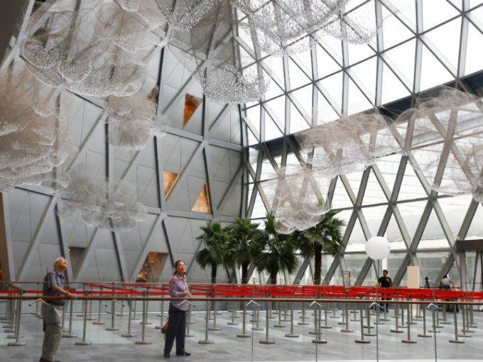 El aeropuerto fue diseñador por el arquitecto Moshe Safdie, quien ganó el Premio Internacional de Arquitectura por su trabajo.
