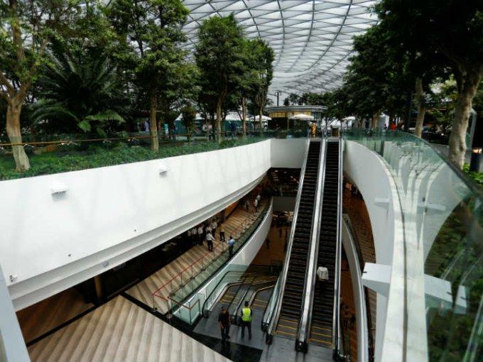 El centro comercial es una extensión del aeropuerto y cualquiera lo puede visitar.