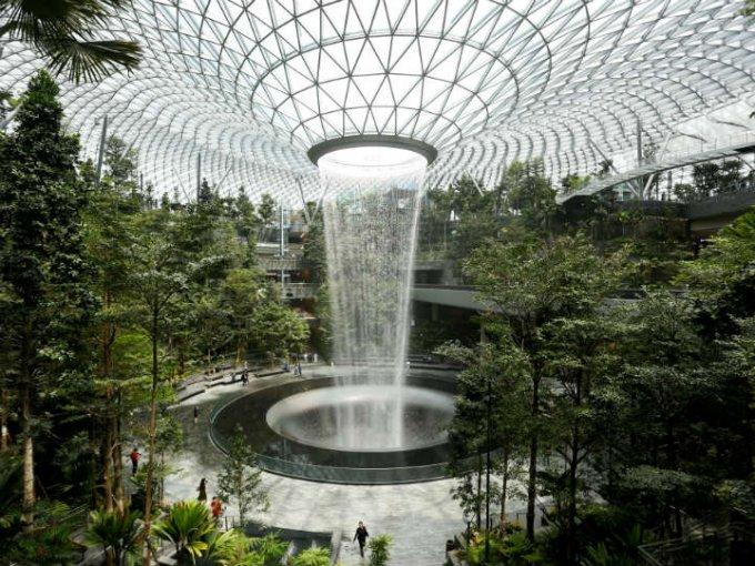 El aeropuerto Jewel Changi es uno de los más lujosos del mundo y recién abrió su nuevo centro comercial.