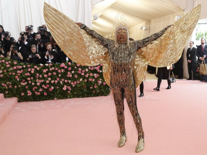 Billy Porter deslumbró con un outfit con flequillos y alas color dorado diseñado por The Blonds.