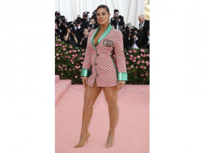 La modelo Ashley Graham llevó un traje Gucci que recordaba todas las etapas de la casa de modas italiana.