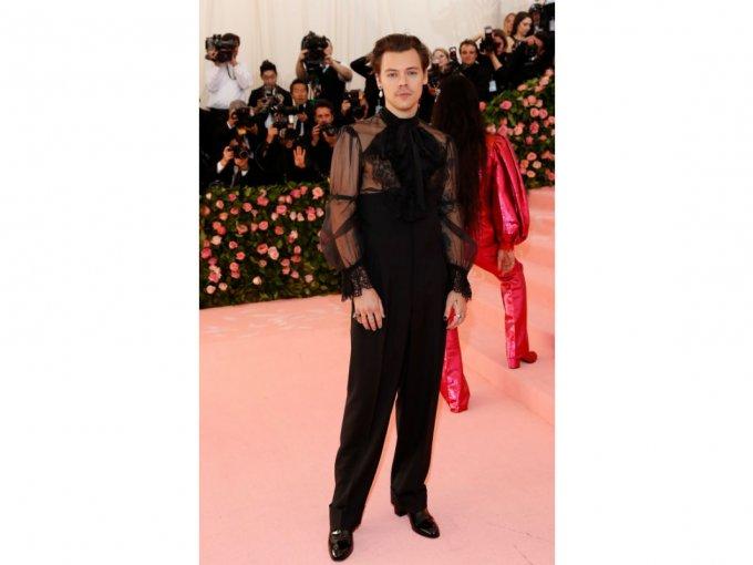 El actor británico usó un atuendo de pantalón negro que acompañó con una camisa con transparencias.
