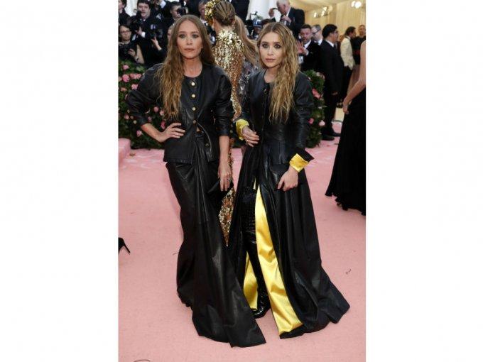 Las hermanas Olsen se fueron a lo seguro y utilizaron vestidos de piel color negro.
