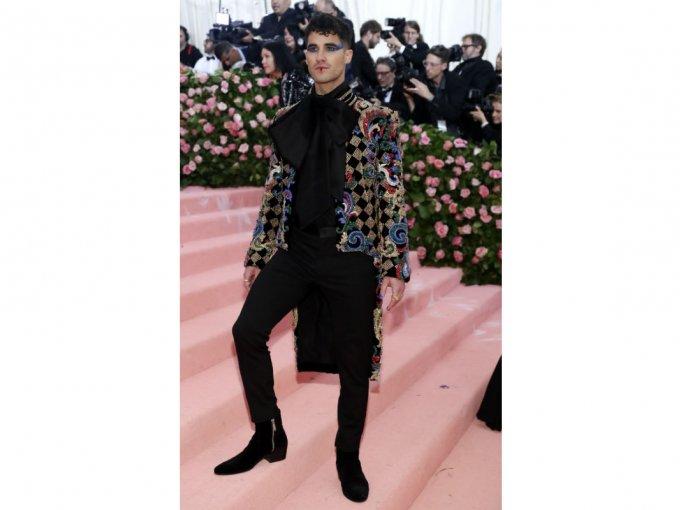 Darren Criss utilizó un atuendo Balmain y enseñó a los demás cómo usar un traje negro aún con el estilo Camp.