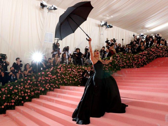 El segundo atuendo que usó Gaga recordó a Mary Poppins.