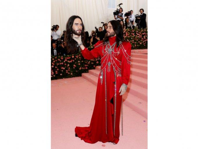 Jared Leto adoptó el runway look de Gucci y hasta llevó su propia cabeza como accesorio.