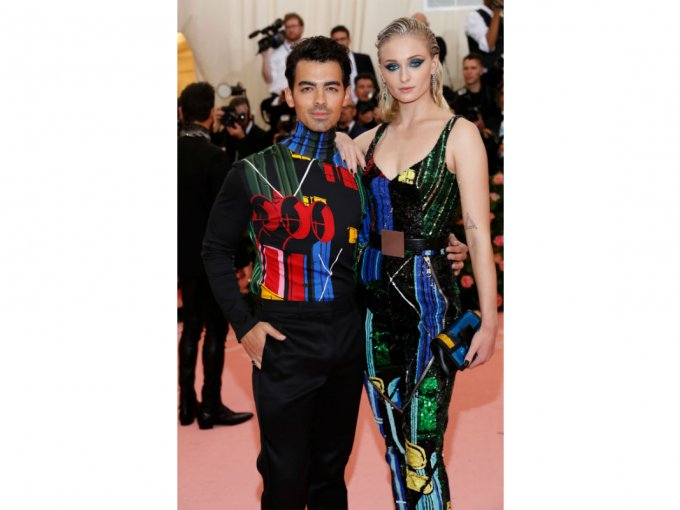 Sophie Turner y Joe Jonas fuero elegantes pero no por eso se olvidaron del estilo Camp.