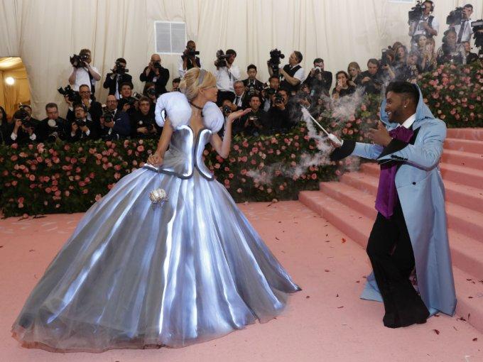 Zendaya llegó con un vestido tipo Cenicienta diseñado por Law Roach. El vestido se encendió tiempo después deslumbrando a todos.