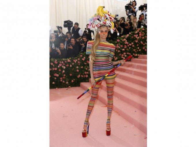 Cara Delevigne optó por un body suit con transparencias.