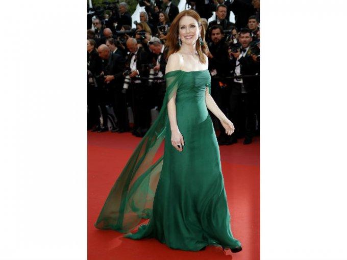 Julian Moore deslumbró con un vestido color verde botella sin hombros.