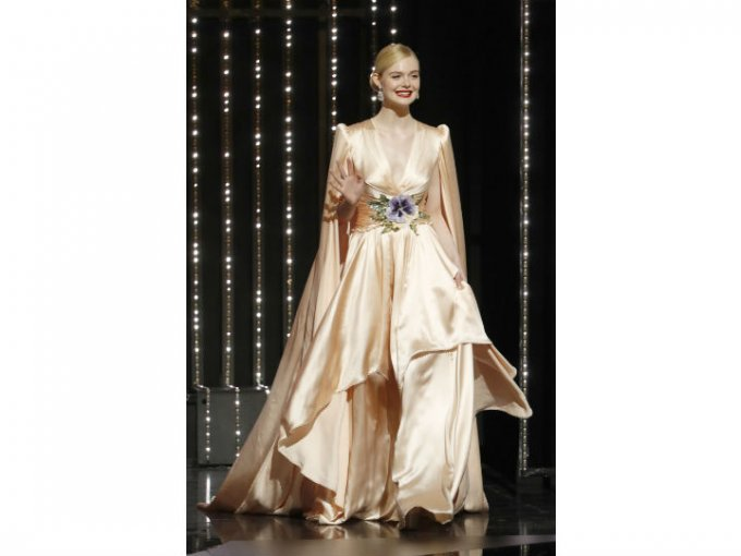 Elle Fanning fue una de las mejor vestidas con este look de seda color rosa.