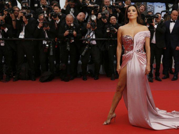 Eva Longoria fue otra que optó por la seda en color rosa y se veía impactante.