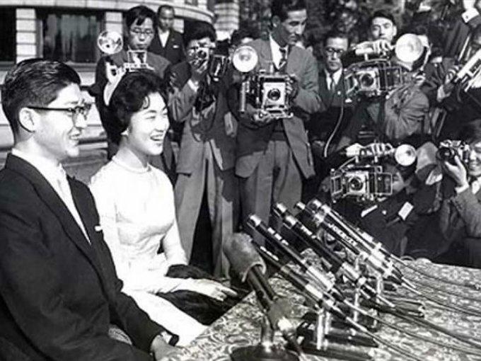 En 1960, la hija menor del Emperador Hirohito de Japón renunció a la nobleza para casarse con el financiero Hisanaga Shimazu.
