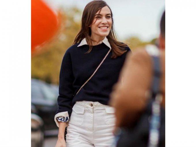 Un look con un suéter de punto y una camisa blanca debajo le da un toque casual a tu atuendo.