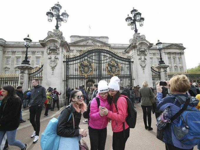 La multitud se reunió a las afueras del Palacio de Buckingham para ser parte del anuncio real.