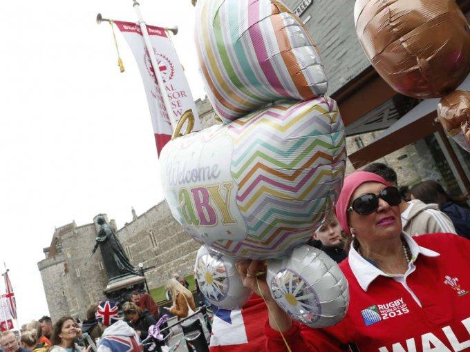 En las calles de Sussex, la gente caminaba con globos referentes al nuevo bebé