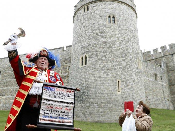 A las afueras del Castillo de Windsor, donde Harry y Meghan se casaron en mayo pasado, se hizo el anuncio no oficial.