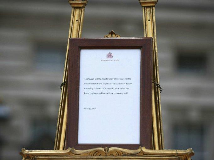 A las afueras del Palacio de Buckingham se puso un anunció en nombre de la reina Isabel II.