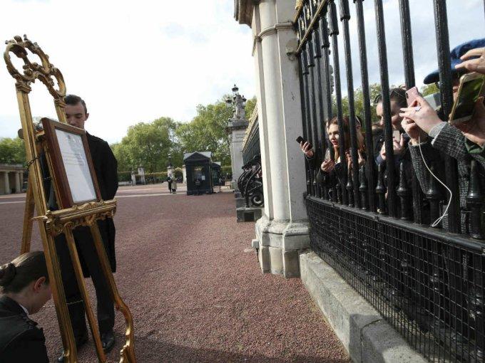 La gente se aglomeró a las afueras del Palacio de Buckingham para leer el anuncio.