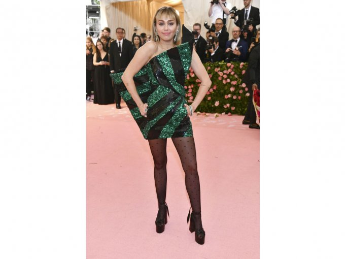 Miley Cyrus usó un vestido YSL que aunque la hacía ver increíble, desentonó con la velada.