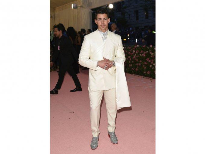 Nick Jonas usó un traje blanco que para nada iba con la temática.