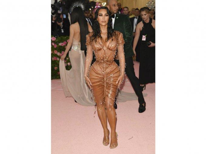 Kim Kardashian se veía increíble en un diseño Mr. Pearl, pero para nada iba con el tema.