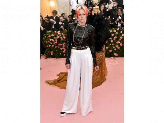 Kirsten Stewart, en un look Chanel, lucía más aburrida que de costumbre.