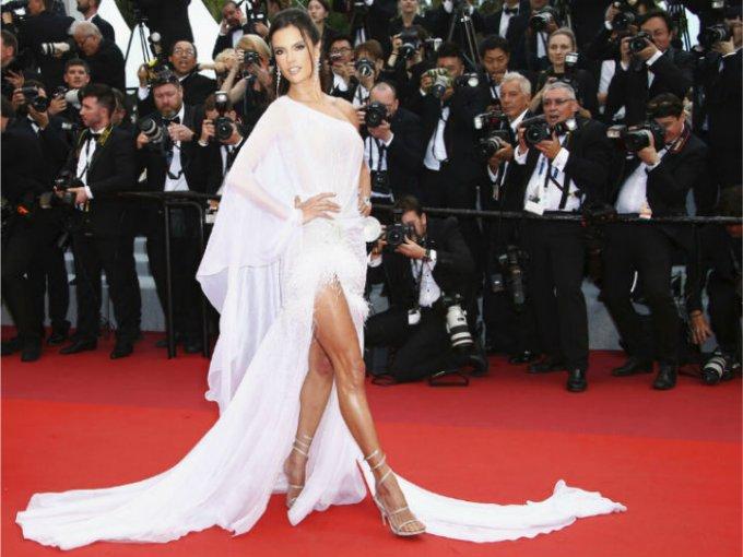 Alessandra Ambrosio llevó un vestido blanco que dejaba al descubierto una de sus piernas.