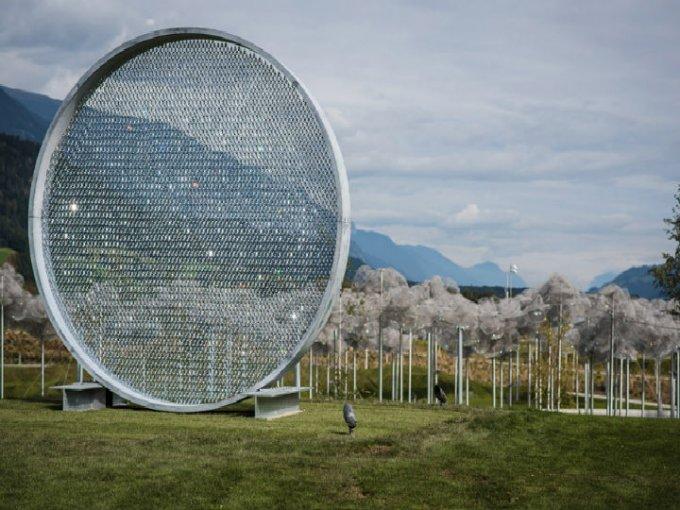 """""""Prólogo III"""": Fredrikson Stallard agregó 8,000 cristales Blue Shade para conmemorar el 15 aniversario de la Escuela de Agua Swarovski."""