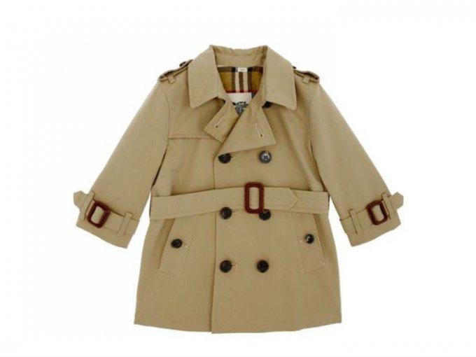 Un trench coat Burberry, perfecto para las lluvias, cuesta 12,800 pesos.
