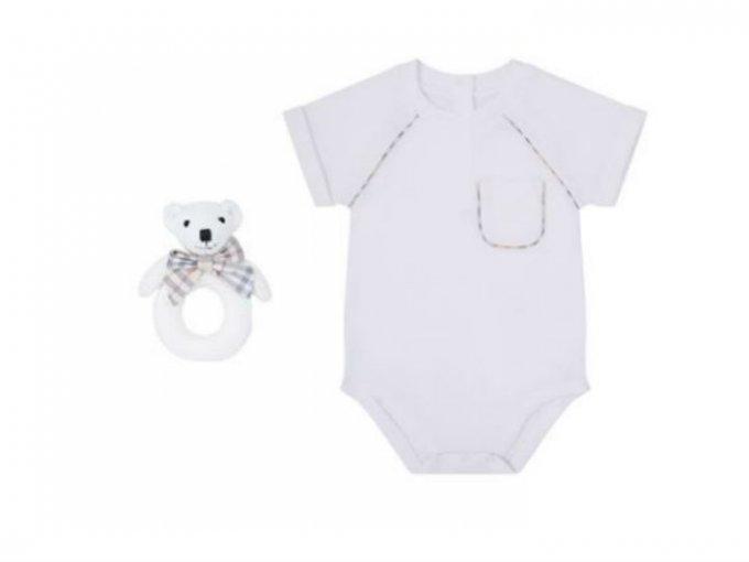 Ahora que si quieres que tu bebé tenga estilo británico, puedes probar con un body Burberry de 7,300 pesos.