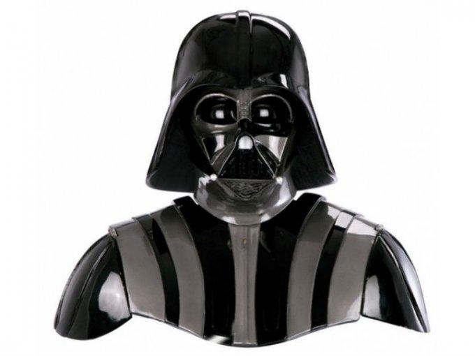 Una replica del casco y hombreras de Darth Vader, que fue un regalo de Lucasfilm previo al estreno de la película en 1980, alcanzó un precio de 110,700 dólares.