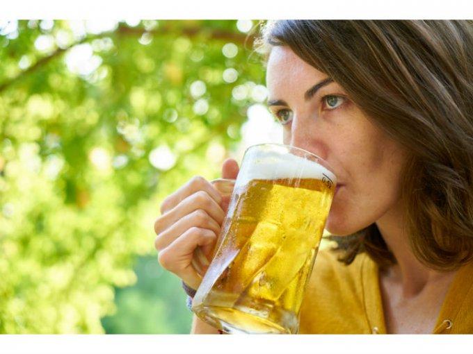 Cerveza para el cabello:  Aplicar cerveza sin alcohol a tu cabello hace que luzca nutrido y suave.