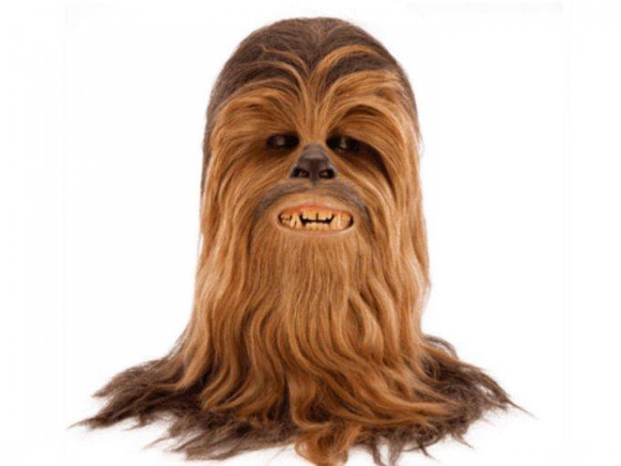Una de las cinco máscaras que usó el actor Peter Mayhew para interpretar a Chewbacca se vendió en casi 200 mil dólares.