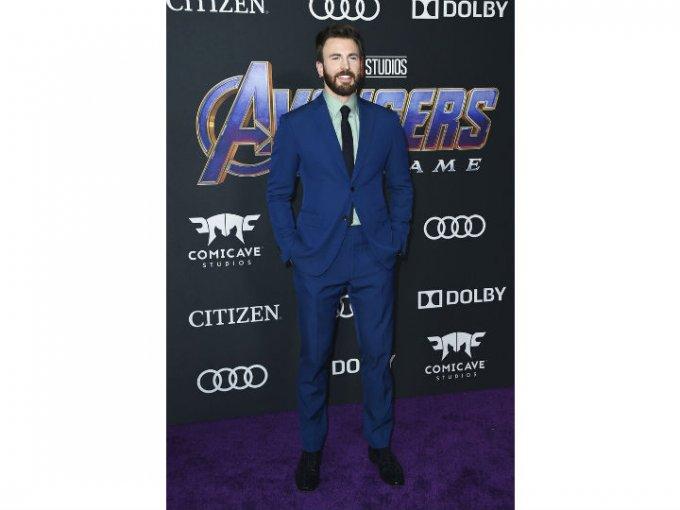 Chris Evans usó un traje Salvatore Ferragamo color azul.