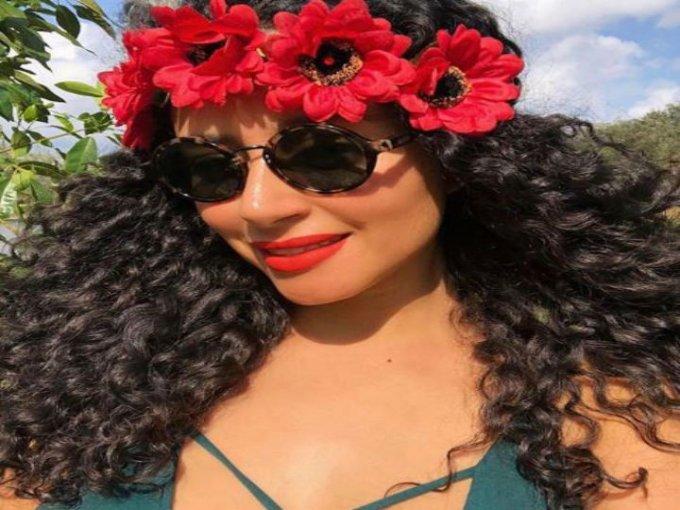 Corona de flores grandes: Usa tu cabello suelto para lucir este accesorio.