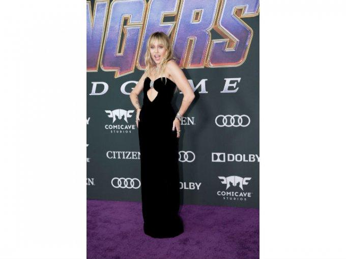 Miley Cyrus escogió un vestido Saint Laurent con escote en corazón.