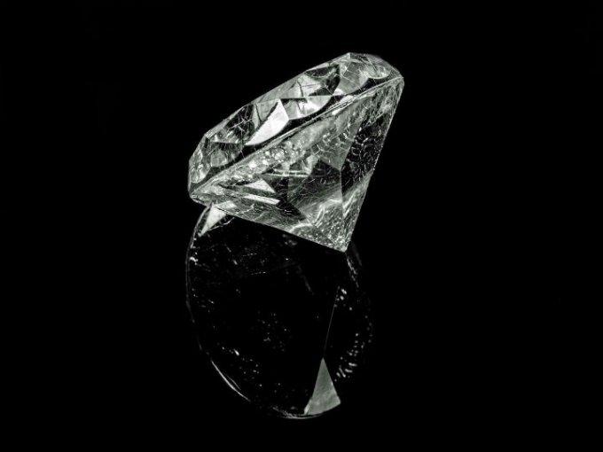 Representa un compromiso de amor eterno ya que nunca se destruye. Piedra preciosa de excelencia.