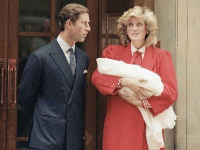 Diana y Carlos salieron a presentar al príncipe Harry horas después de su nacimiento.