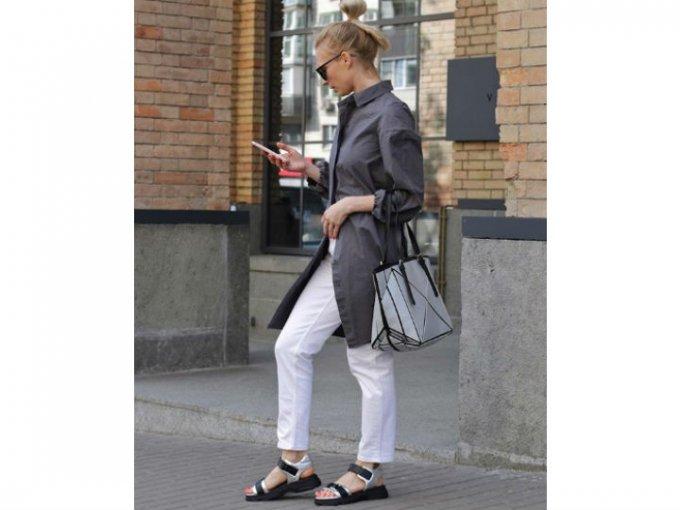 Un par de jeans blancos van perfecto con un cardigan ligero y sandalias noventeras.