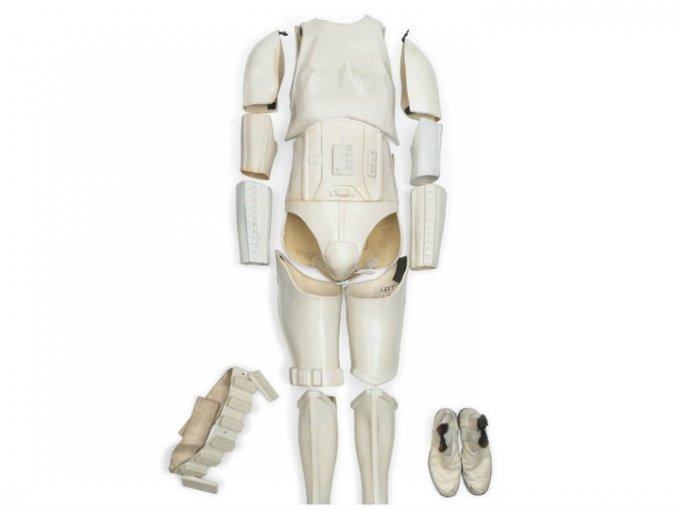 El traje de un Stormtrooper imperial con piezas de los trajes usados en Star Wars y The Empire Strikes Back alcanzó el precio de 319,574 dólares.