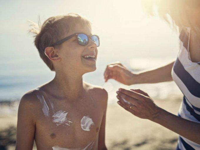 Un bloqueador es perfecto para actividades acuáticas debido a su textura, aunque no es la mejor opción si tiendes a tener piel grasa o acné, pues tapa los poros.