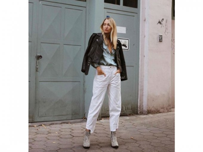 Los jeans blancos van perfecto con una camisa de mezclilla y una chamarra de piel.