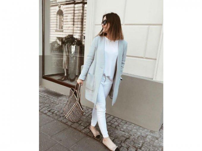Si quieres un look más elegante, prueba un combinarlos con alpargatas y un cardigan ligero.