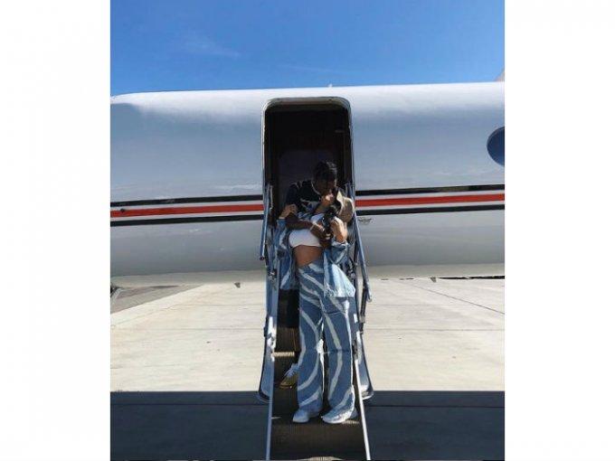 Kendall Jenner eligió un atuendo psicodélilco y oversized que iba a tono con el atuendo de su novio, Travis Scott.